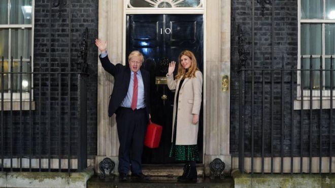 Boris Johnson y su pareja en la puerta de Downing Street.