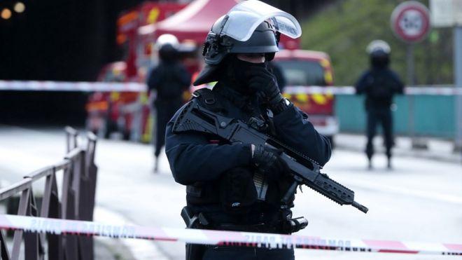 Мужчина набросился на прохожих с ножом в пригороде Парижа. Он убит полицейским