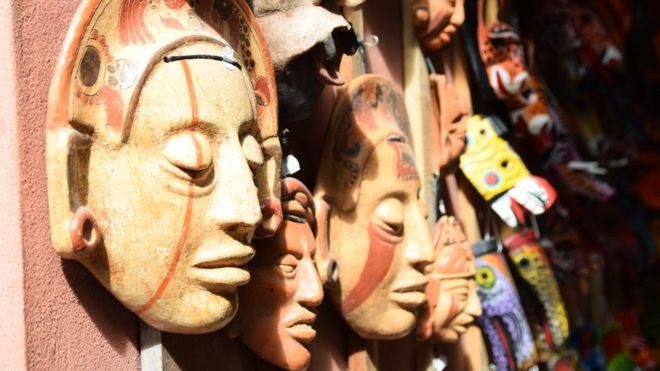 Máscaras maias em loja de Tikal na Guatemala