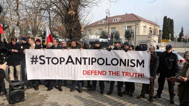 معترضان لهستانی در برابر سفارت اسرائیل در ورشو