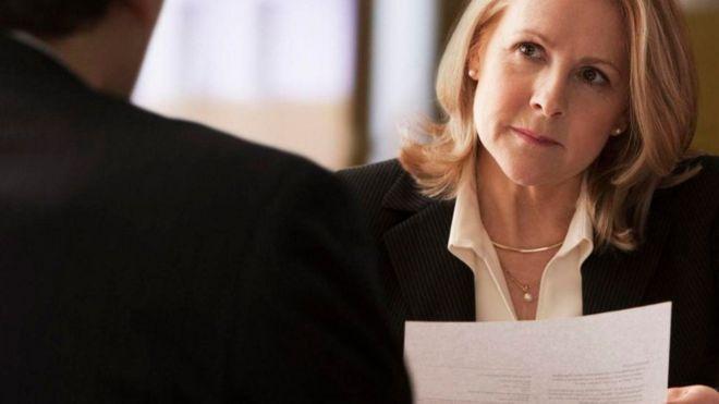 Aprender el sutil y poderoso efecto de los silencios incómodos en los negocios