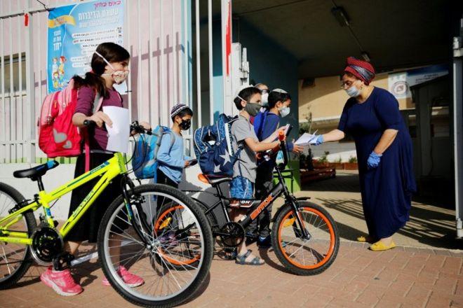 Alunos chegam na escola depois da reabertura em Israel