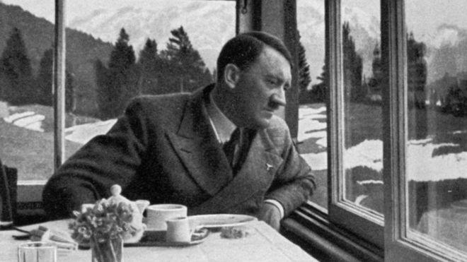 Hitlerin yeməyinin dadını yoxlayan qadınlar