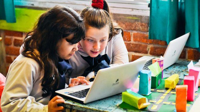 Dos niñas en una escuela en Uruguay