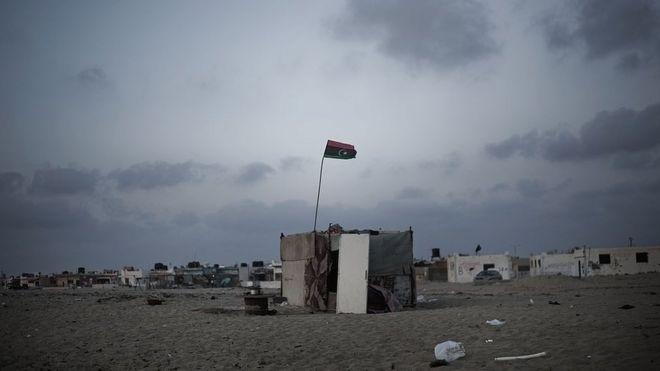 علم ليبيا على كوخ (أرشيفية)