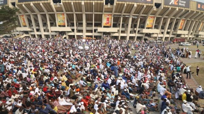 Des musulmans rassemblés à l'extérieur du Stade des martyrs pour célébrer l'Aïd el-Kébir à Kinshasa en RDC, le dimanche 11 août 2019.