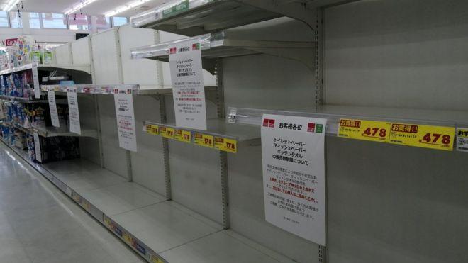 Prateleiras de papel higiênico vazias em supermercado em Tóquio