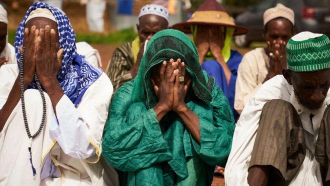Des déplacés peuls en pleine prière dans un camps de réfugiés à Bamako.