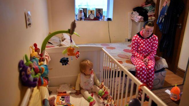Madre y su bebé viviendo en el mismo cuarto