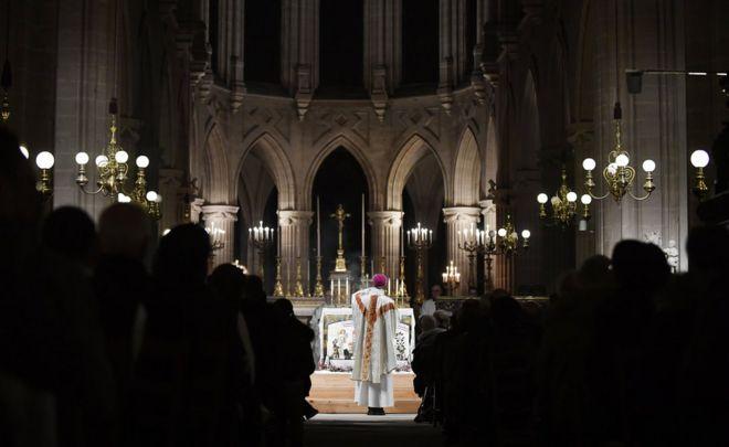 Yepiskop Philippe Marsset Müqəddəs Germain l'Auxerrois kilsəsində gecə yarısında dini ayin keçirir. Aprel ayında Notre-Dame kilsəsində güclü yanğından sonra 200 ildə ilk dəfədir ki dini ayinlər burada keçirilmir.