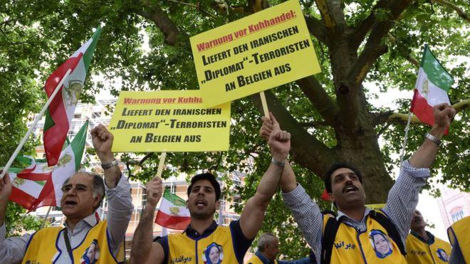تجمع سازمان مجاهدین خلق در برلین آلمان که در آن خواهان استرداد اسدالله اسدی به بلژیک شده بودند