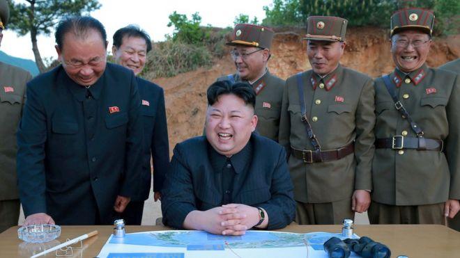 El líder norcoreano Kim Jong-un con la cúpula militar durante el lanzamiento de un misil en mayo.