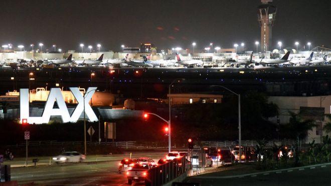 فرودگاه لوسآنجلس یکی از چند فرودگاه آمریکاست که به دلیل قطع شبکه کامپیوتری دچار تاخیر در پرواز شده است.
