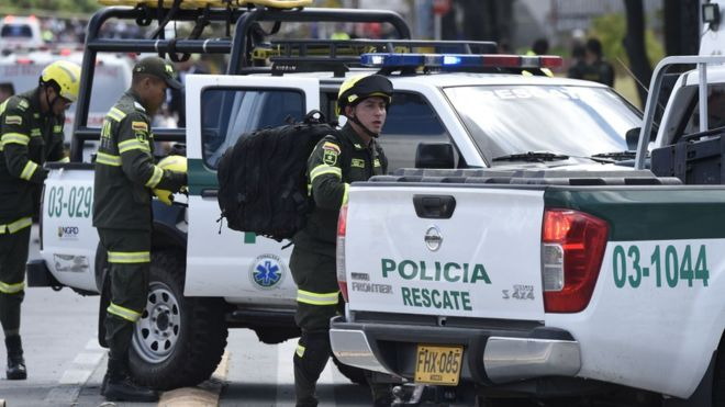 Policiais colombianos no local da explosão desta quinta-feira