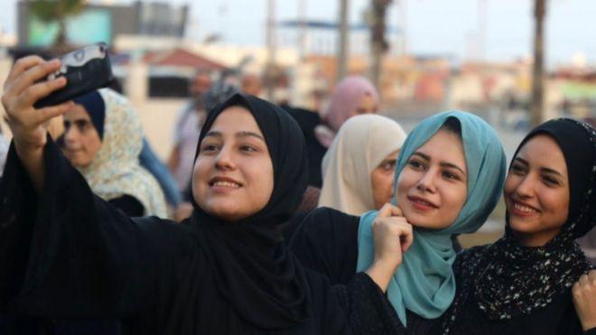 شابات من غزة يلتقطن صورة سيلفي