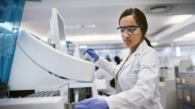 Cientista interage com equipamentos em laboratório