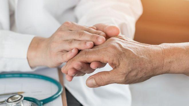 Mãos sendo examinadas por um médico