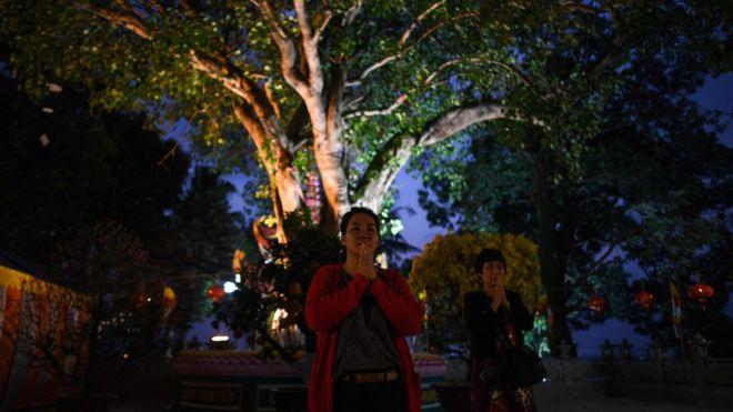 Người dân đi lễ tại chùa Trần Quốc, một trong những ngôi chùa cổ nhất ở Hà Nội vào đêm giao thừa, đánh dấu sự khởi đầu năm mới Kỷ Hợi