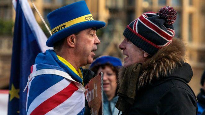 Un probrexit y un remainer se encaran en una protesta en las afueras del parlamento británico.