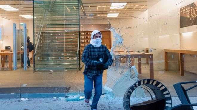 Looter running away from Apple store in Los Angeles