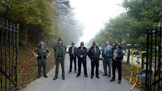Agentes na entrada do Campo Prisional de Alderson, onde Martha Stewart se entregou em outubro de 2004