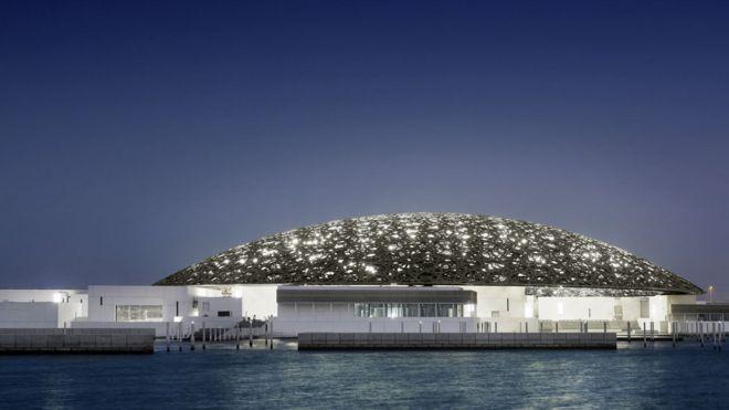 Estrellas geométricas que dejan pasar una lluvia de luz. © Louvre Abu Dhabi, Foto: Mohamed Somji