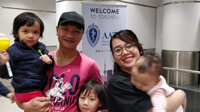 Bạch Hồng Quyền cùng vợ và các con tại sân bay Toronto sáng 3/5 giờ Canada