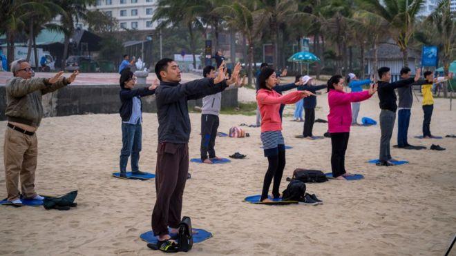 Người tập luyện Pháp Luân Công ở biển Mỹ Khê, Đà Nẵng