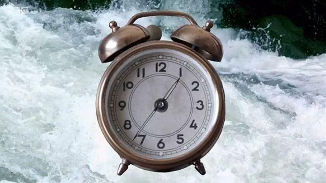 Relógio e rio