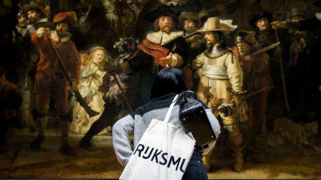 Посетителю музея разрешили провести ночь под картиной Рембрандта