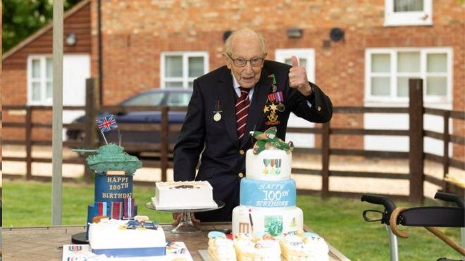 汤姆·摩尔上尉百岁寿辰,英国举国上下为他举行盛大的生日庆祝活动。