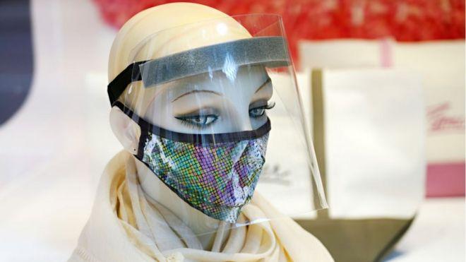 Maniquí con tapabocas y pantalla facial