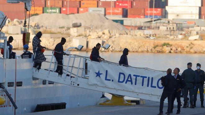 إسبانيا تفتح أبوابها أمام مئات المهاجرين بعد رفض إيطاليا ومالطا