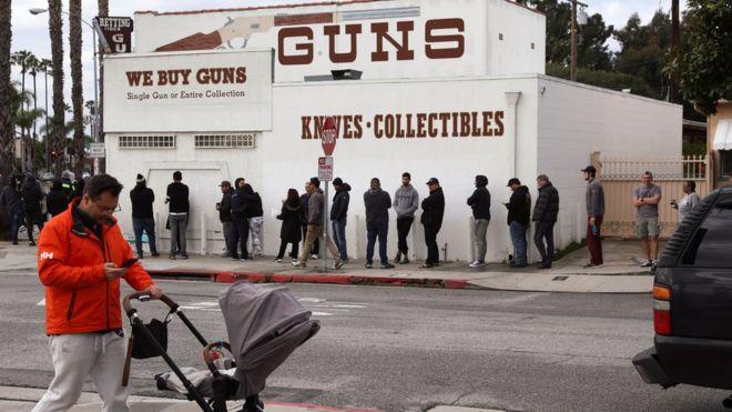 Очередь перед оружейным магазином в Калифорнии 15 марта 2019 года
