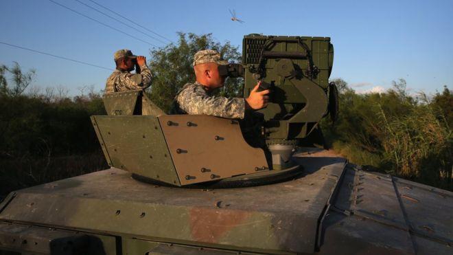 Un guardia nacional vigila la frontera de EE.UU.