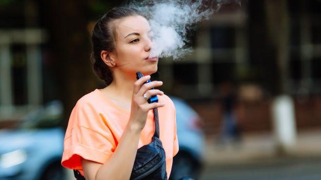 Mulher fumando cigarro eletrônico