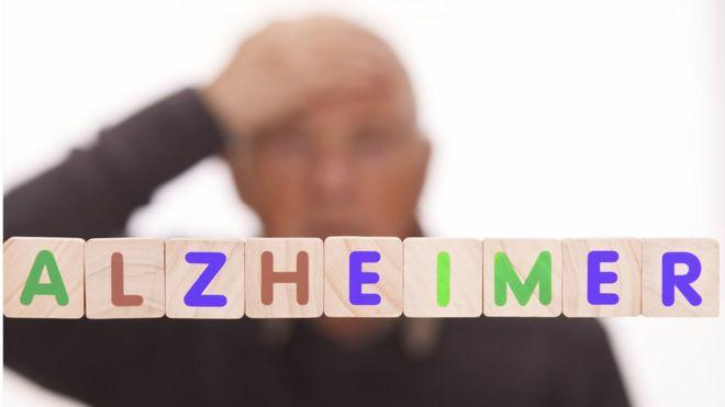 Cubos con letras que forman la palabra Alzheimer