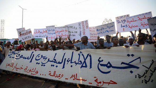 Waandamanaji wa Sudan wakipeperusha mabango wakati wa maandamano mjini Khartoum Mae 14, 2019