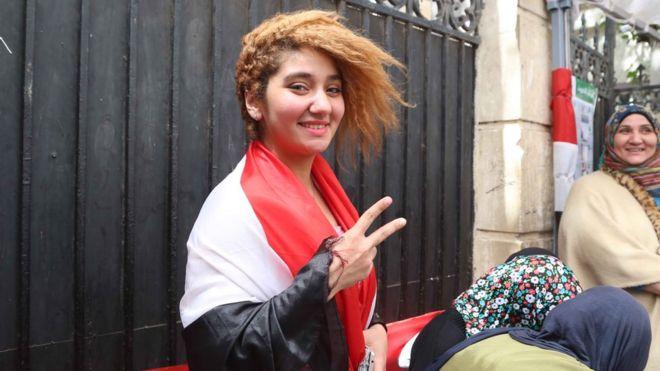ناخبة شابة تحمل علم مصر على كتفها