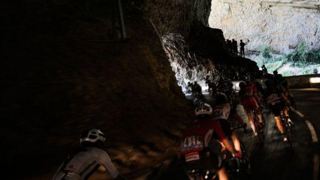 """24 يوليو/تموز، كهف ماس دازيل فرنسا: دراجون يتسابقون عبر كهف طبيعي خلال المرحلة ال16 لبطولة """"تور دو فرانس"""" لسباق الدراجات ال 105 بين كاركاسون و بانير دو لوشون."""