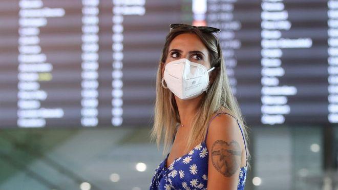 سائحة ترتدي قناع الوجه تنتظر في مطار سبليت الدولي في كرواتيا، 21 أغسطس/آب 2020