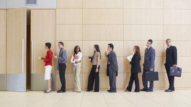 Candidatos a un empleo esperando en fila