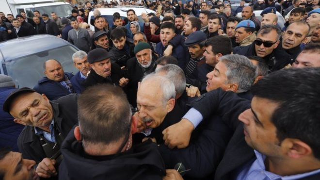 Turkish opposition leader attacked at soldier's funeral - BBC News