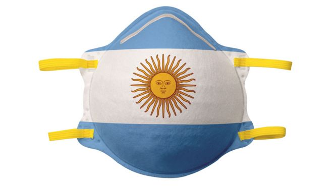 Mascarilla con los colores de la bandera argentina.