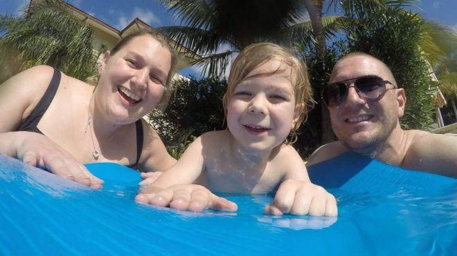 Kat Charles, paciente de cáncer cerebral, con su hijo y esposo.