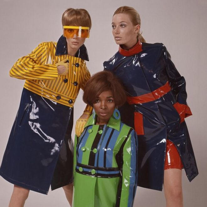 Modelos com casacos plásticos