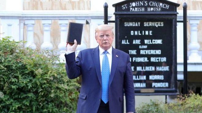 Trump sostiene una biblia en frente de la Iglesia Episcopal de San Juan, en Washington D.C.