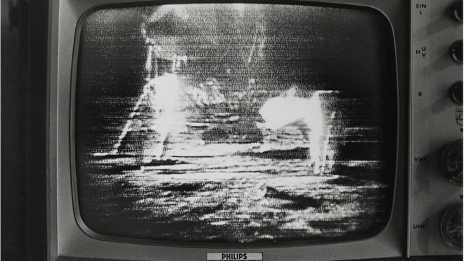 Cảnh Apollo 1 đáp xuống mặt trăng trên màn hình ti vi thế kỷ 21 tháng 7/1969