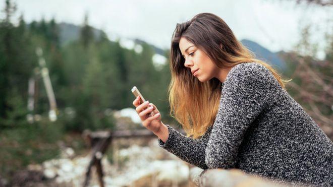 Женщина по телефону в сельской местности