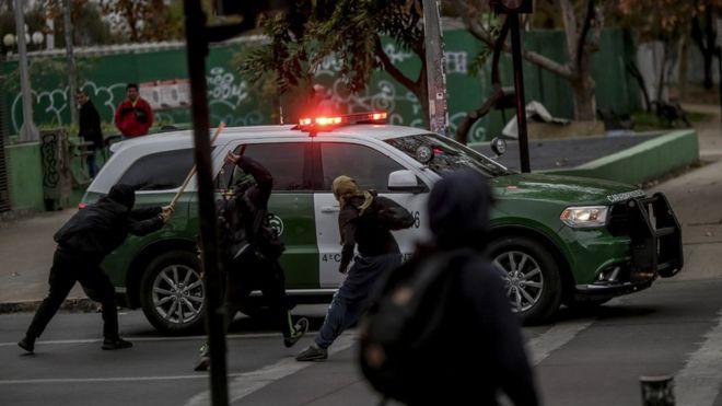 قصة مدرسة في تشيلي يحمل طلابها قنابل حارقة مع أقلامهم